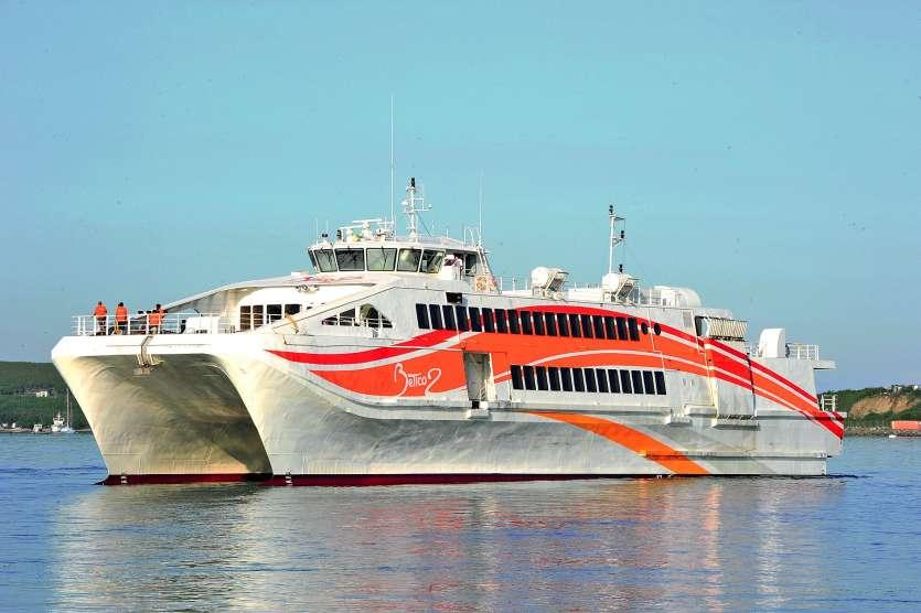 忠実な島へ旅行し、ボートで行くBETICO